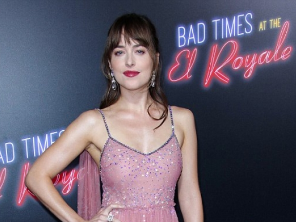 dakota johnson dien dam long lay khoe ve nong bong nhan dip ra mat phim moi