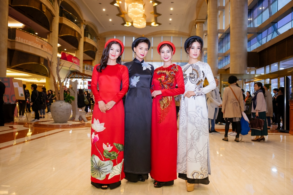 ao dai co ba sai gon tung bay tren tham do lhp busan