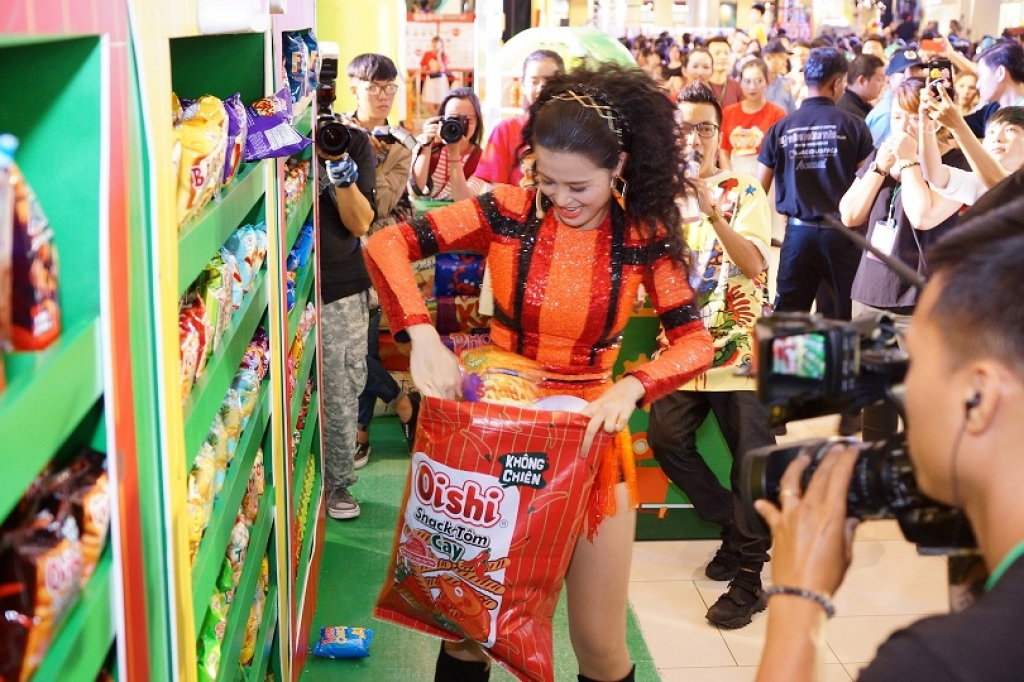 toc tien dong nhi noo phuoc thinh quay het co trong dai tiec snack